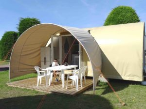 Location tente coco sweet exterieur terrasse avec salon jardin - camping L'Espérance avec espace aquatique - Cotentin - Normandie - Manche - Barneville Portbail