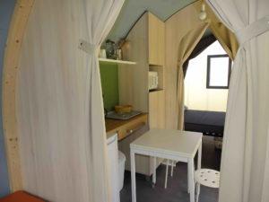 Location tente coco sweet intérieur cuisine - camping esperance avec espace aquatique - cotentin - normandie