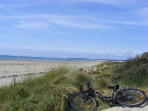 activite hors camping - sortie plage - activite avec enfants - vélos - camping esperance 4 etoiles avec espace aquatique - cotentin - normandie
