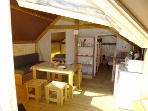 location tente amenagee sahara lodge - interieur cuisine - camping esperance 4 etoiles avec espace aquatique - cotentin - normandie