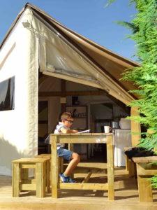 location tente amenagee sahara lodge - terrasse - camping esperance 4 etoiles avec espace aquatique - cotentin - normandie
